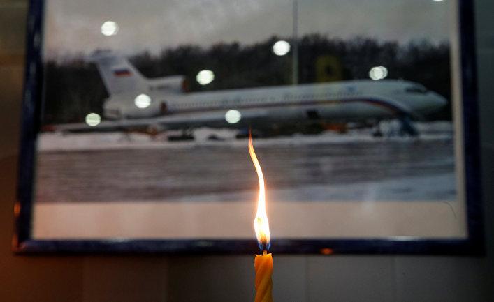 Свеча в аэропорту Сочи в память о жертвах крушения самолета Минобороны РФ Ту-154