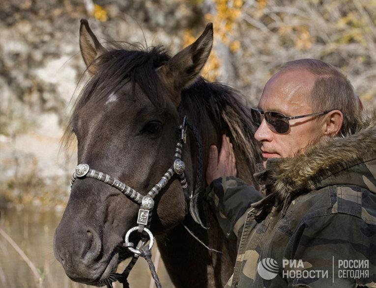Владимир Путин во время экспедиции в Убсунурскую котловину
