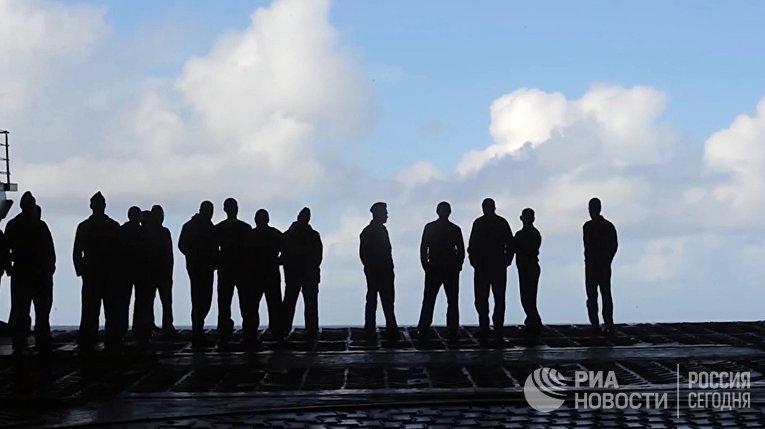 Военнослужащие на палубе тяжёлого авианесущего крейсера «Адмирал Кузнецов» у берегов Сирии в Средиземном море