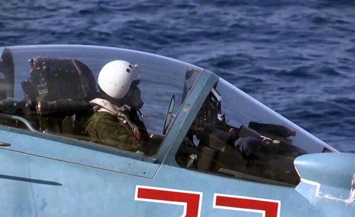 Пилот в корабельном истребителе Су-33 ВКС РФ перед взлетом с палубы тяжёлого авианесущего крейсера «Адмирал Кузнецов»
