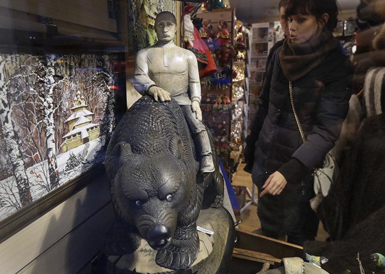 Фигура Владимира Путина, сидящего на медведе в сувенирном магазине
