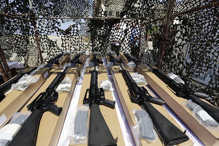 Американские автоматические винтовки М16 на ливанской военной базе