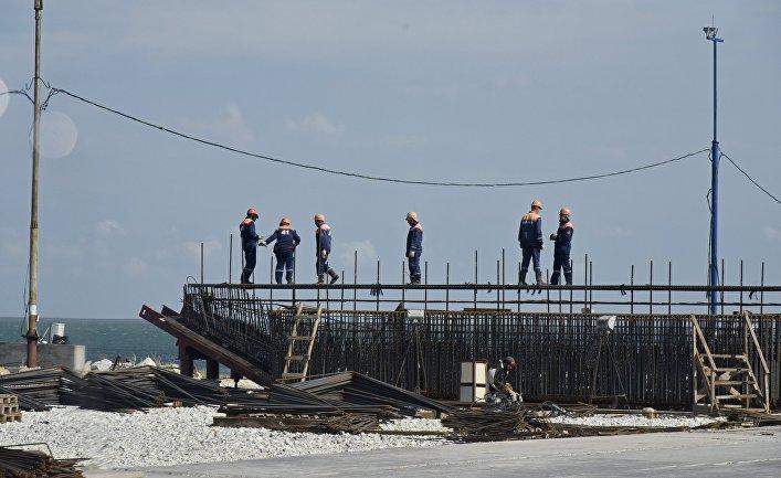 Рабочие на строительстве моста через Керченский пролив в Крыму