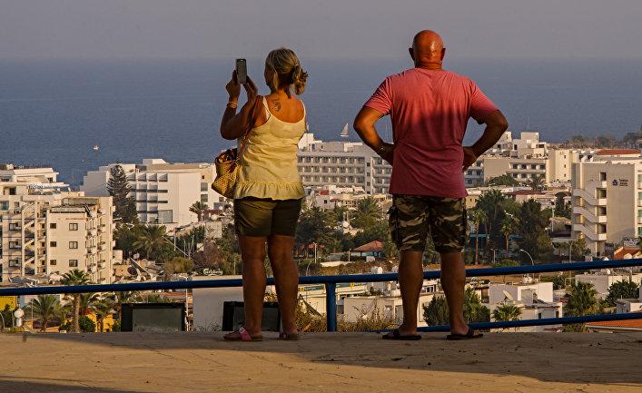 Туристы на смотровой площадке города Протарас на Кипре