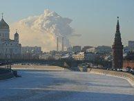 Москва-река и Кремлевская набережная в Москве в морозный день
