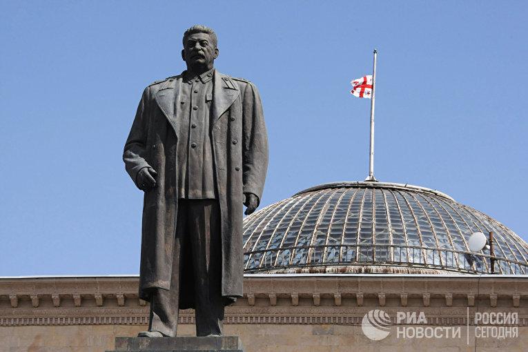 Памятник Иосифу Сталину на центральной площади города Гори.