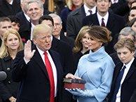 Президент США Дональд Трамп (слева) приносит присягу на церемонии инаугурации в Вашингтоне