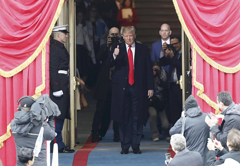 Избранный президент США Дональд Трамп прибывает на свою инаугурацию в Капитолии. 20 января 2017 года