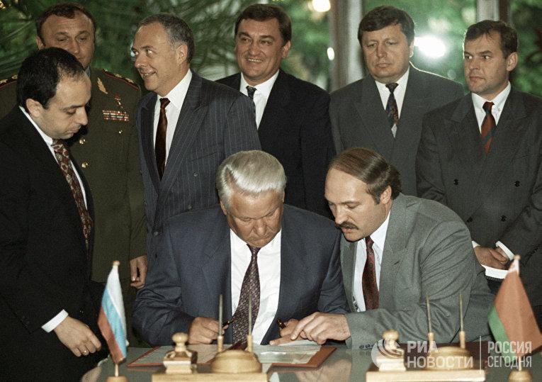 Ельцин и Лукашенко на заседании глав государств СНГ