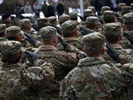 Солдаты армии США во время официальной церемонии в городе Жагань