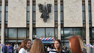 Студенты у здания МГИМО в Москве