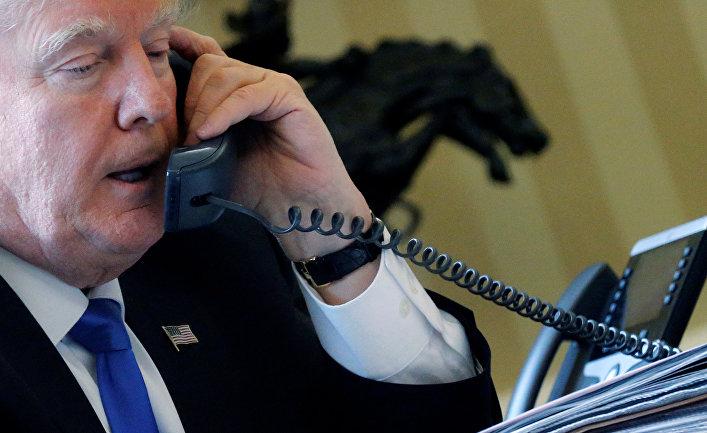 Президент США Дональд Трамп во время телефонного разговора с президентом России Владимиром Путиным, 28 января 2017