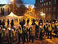 Эстонская полиция разогнала защитников Бронзового солдата, протестовавших против решения властей начать работы по эксгумации и идентификации захороненных рядом с памятником останков советских воинов