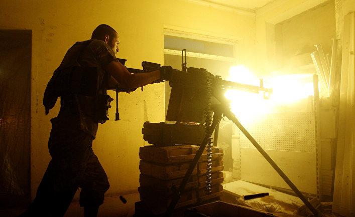 Украинский военнослужащий стреляет из тяжелого пулемета в Авдеевке