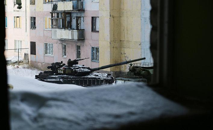 Танк на одной из улиц в Авдеевке
