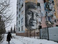 Граффити на здании, поврежденном в результате обстрелов в Авдеевке