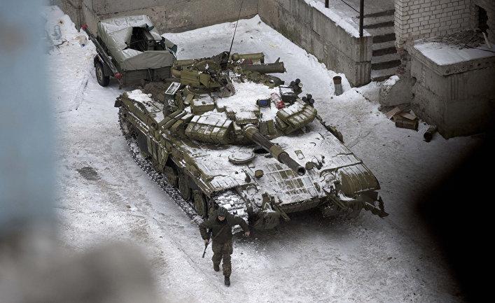 Укаринский танк на одной из улиц в Авдеевке