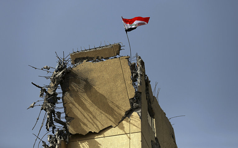 Флаг Ирака развевается над развалинами госпиталя «Аль-Салам»