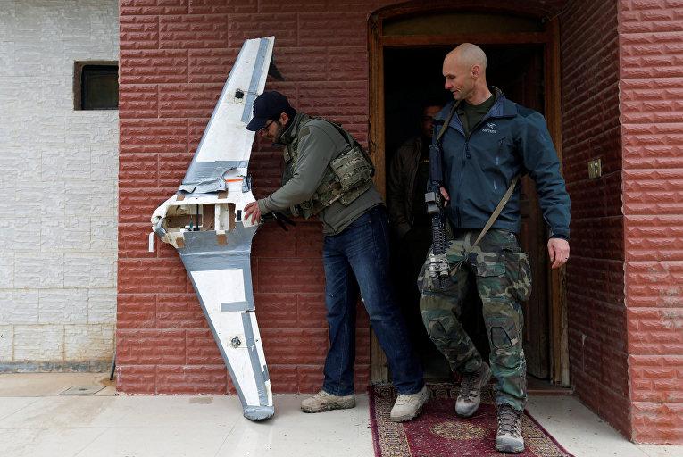 Спецназовцы США рассматривают самодельный дрон