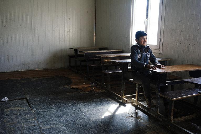 Иракский мальчик снова идет в школу