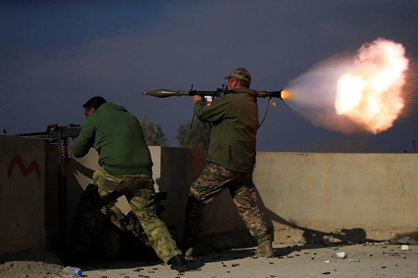 Иракские солдаты стреляют из гранатомета