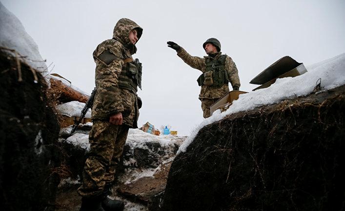 Украинские военнослужащие на линии фронта рядом с Авдеевкой