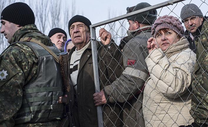 Местные жители стоят в очереди за гуманитарной помощью в Авдеевке