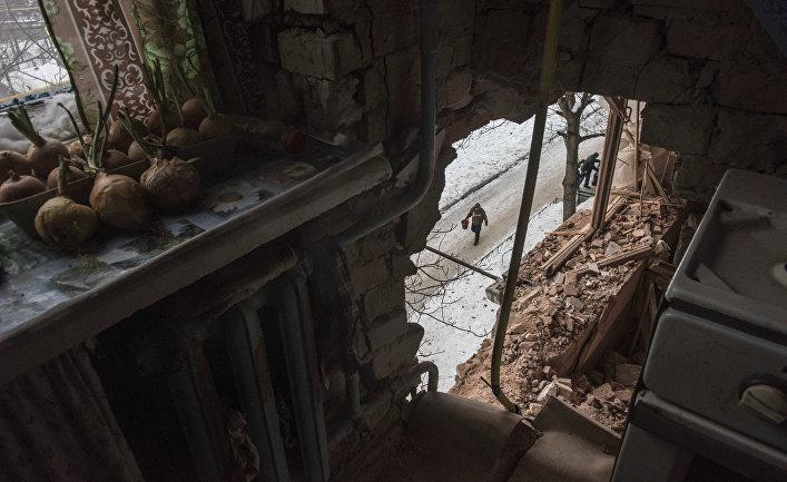 Многоквартирный дом, пострадавный в результате обстрелов в Авдеевке