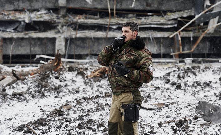 Ополченец ДНР с позывным «Гиви» в аэропорту города Донецка