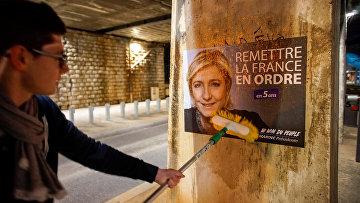 Постер с лидером «Национального фронта» Марин Ле Пен в Лионе