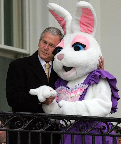 Президент США Джордж Буш и пасхальный кролик, архивное фото