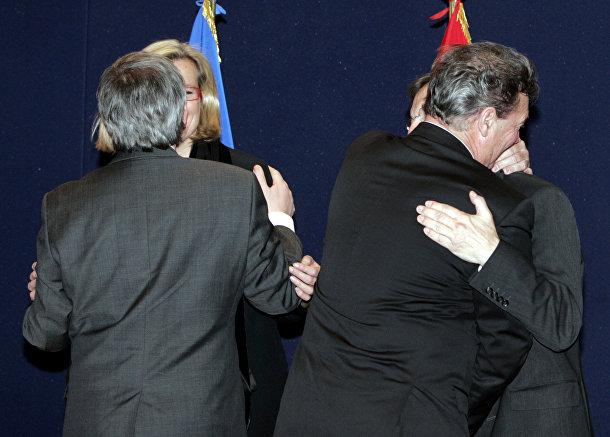 Премьер-министр Люксембурга Жан-Клод Юнкер обнимает министра иностранных дел Австрии Урсула Плассник (слева) и министр иностранных дел Люксембурга Жан Ассельборн обнимает канцлера Австрии Вольфганг Шюссель