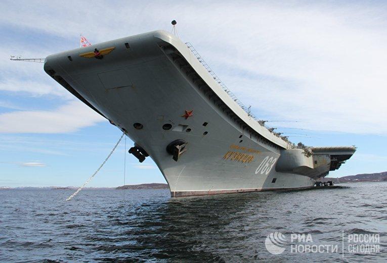 Авианосец «Адмирал Кузнецов» во время прибытия в Североморск.