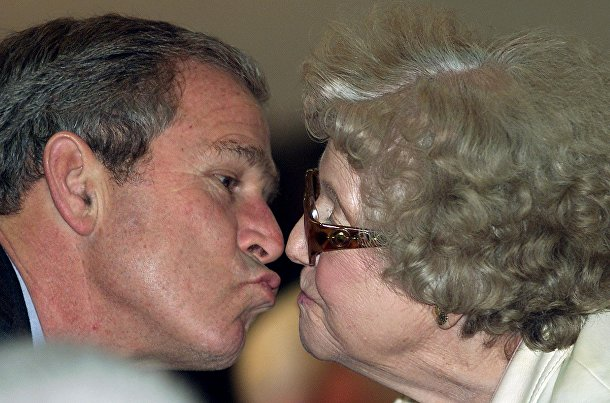 Президент США Джордж Буш и Алма Пинелло