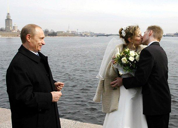 Президент РФ Владимир Путин и молодожены