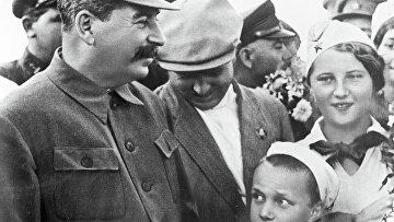 Иосиф Сталин и Вячеслав Молотов на встрече с пионерами