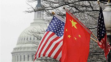 Флаги США и Китая на фоне здания Конгресса США в Вашингтоне