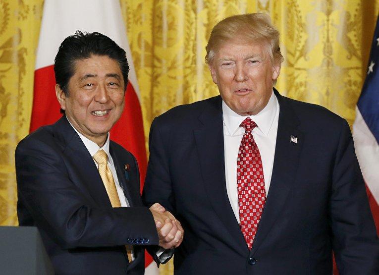 Президент США Дональд Трамп и премьер-министр Японии Синдзо Абэ на пресс-конференции по итогам переговоров