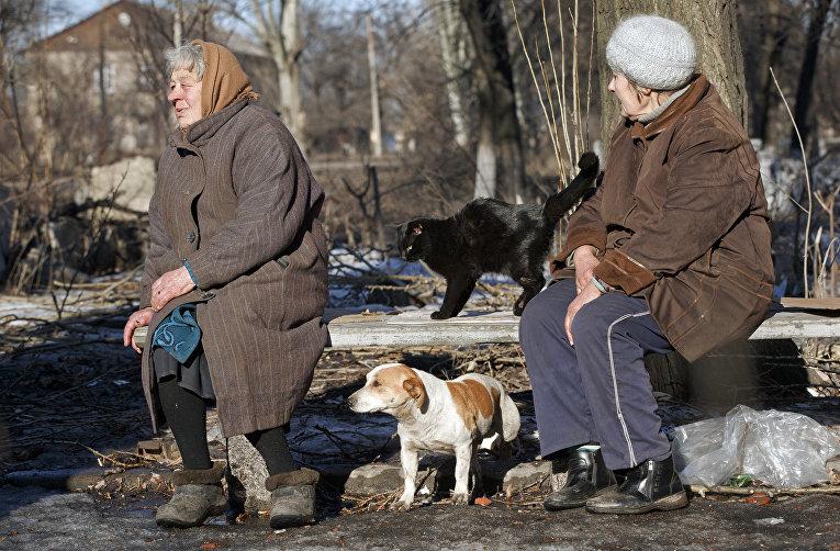 Пожилые женщины в Дебальцево