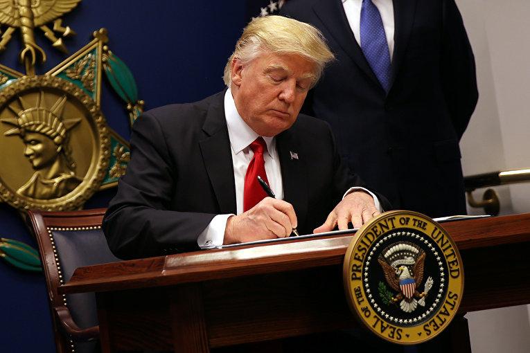 Президент США Дональд Трамп подписывает исполнительный указ «Защита страны от иностранных террористов, пытающихся въехать в США»
