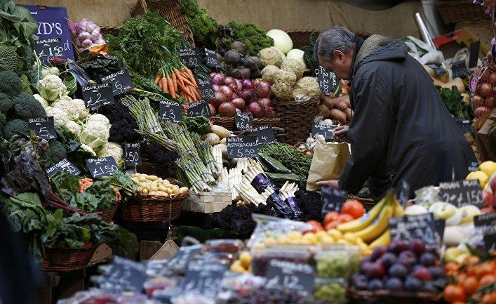 Покупатель в овощном магазине в Лондоне