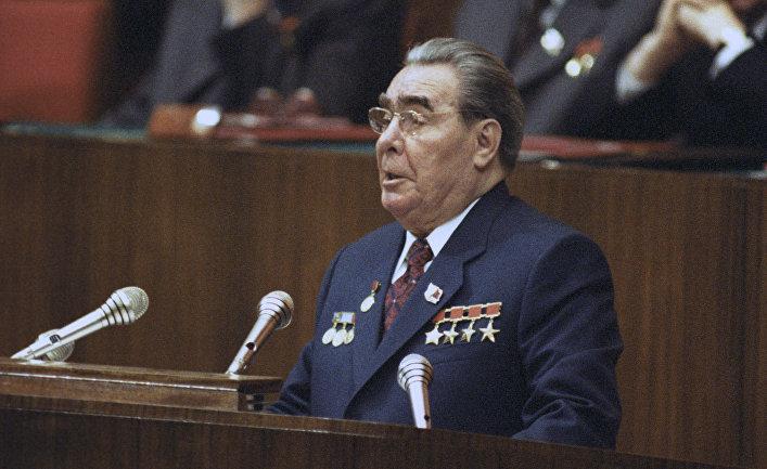 Л. И. Брежнев на трибуне