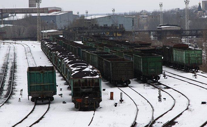 Вагоны с углем на железнодорожном вокзале Донецка