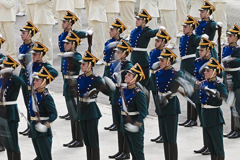 Военнослужащие Российского Президентского полка во время военного шоу на церемонии открытия Международной выставки вооружения IDEX 2017 в Абу-Даби