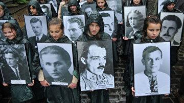 Украинские скауты с портретами ветеранов Украинской повстанческой армии (УПА)