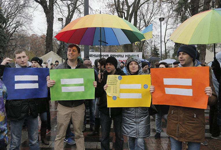 Митинг ЛГБТ-активистов у здания Верховной Рады в Киеве в поддержку безвизовому пакету законов
