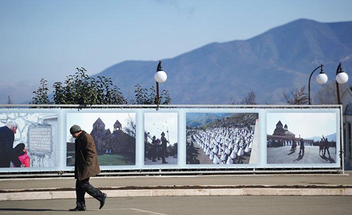Мужчина идет по центральной площади Степанакерта в Нагорном Карабахе