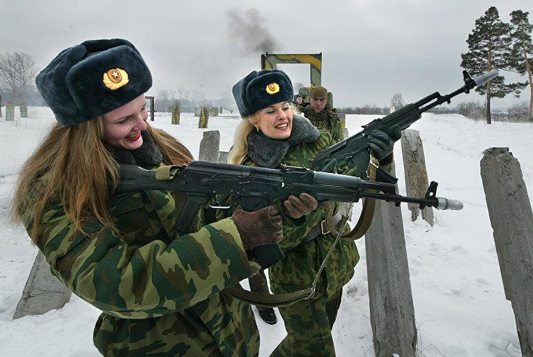 Российские женщины-военнослужащие во время конкурса «Краса в погонах»