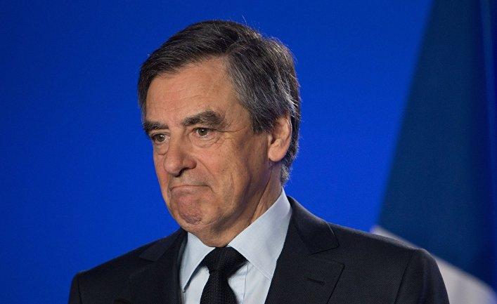 Кандидат в президенты Франции от партии Республиканцев Франсуа Фийон во время пресс-конференции в Париже