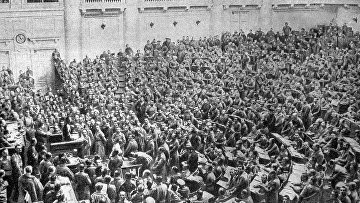 Заседание Петроградского Совета рабочих и солдатских депутатов в Таврическом дворце во время февральской революции
